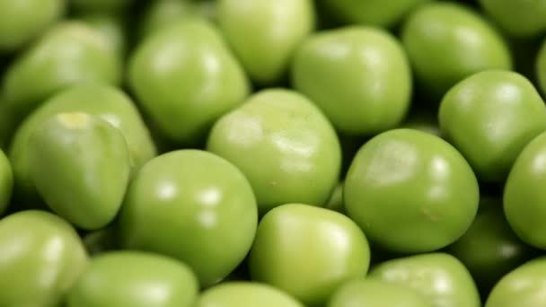 Nahaufnahme der Bewegung entlang von geschälten frischen grünen Erbsen