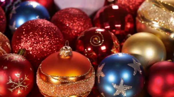 Nahaufnahme von Bewegung entlang bunter Weihnachtsdekoration