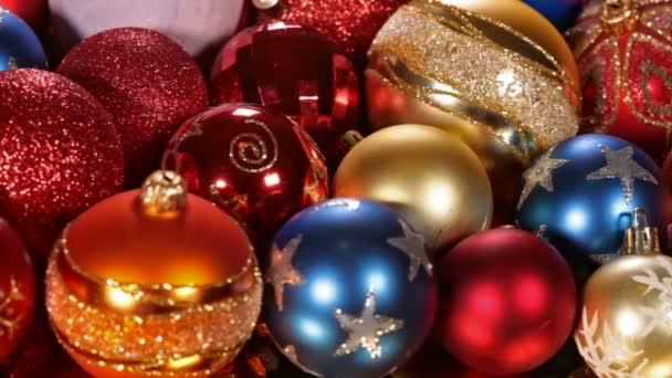 Zblízka pohybu podél barevné vánoční ozdoby