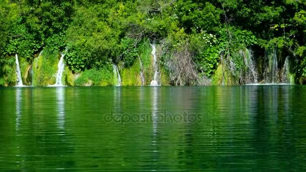 Vodopád, národní Park Plitvická jezera, Chorvatsko, Evropa. Přírodní park s vodopády a tyrkysovou vodou. UNESCO světového dědictví UNESCO. Čistá voda Plitvicka Jezera. Pohled na jezero. Letní krajina