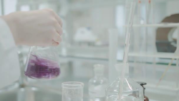 Test kvality šťávy v laboratoři 4k