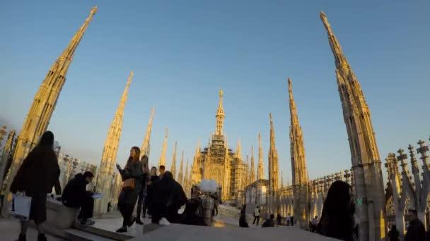 Gente che cammina sulla terrazza sul tetto vicino al Duomo a Milano, Italia