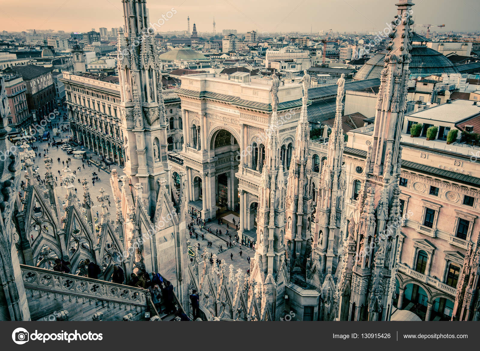 vista della città di Milano dalla terrazza sul tetto Duomo al ...