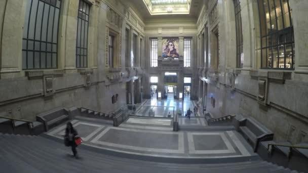 lidí, kteří jdou na Miláno hlavní nádraží Piazza Duca DAosta Itálie