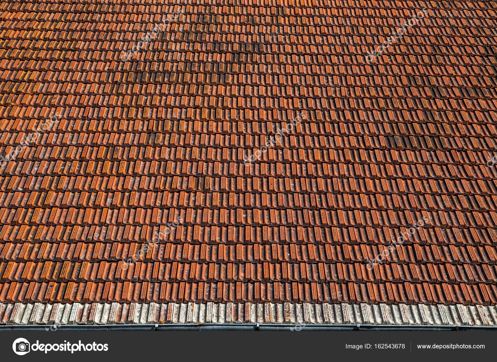 De oude dak rode tegels voor achtergrond u2014 stockfoto © yegorov.nick