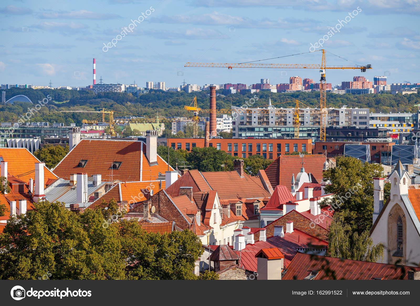 Altstadt Von Tallinn Und Bau Von Neuen Häusern Und Geschäftszentren U2014 Foto  Von Yegorov.nick