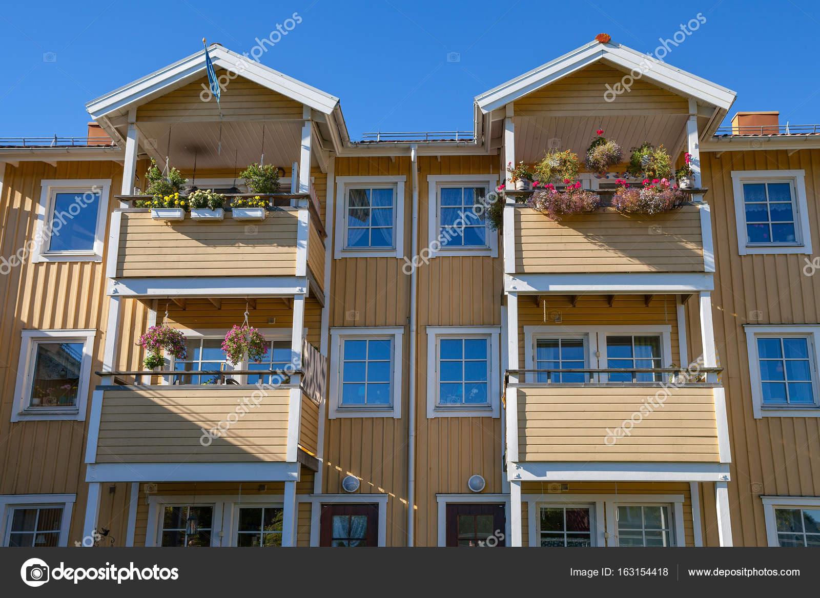 Moderna casa de madera (bloque) con balcones y flores — Fotos de ...