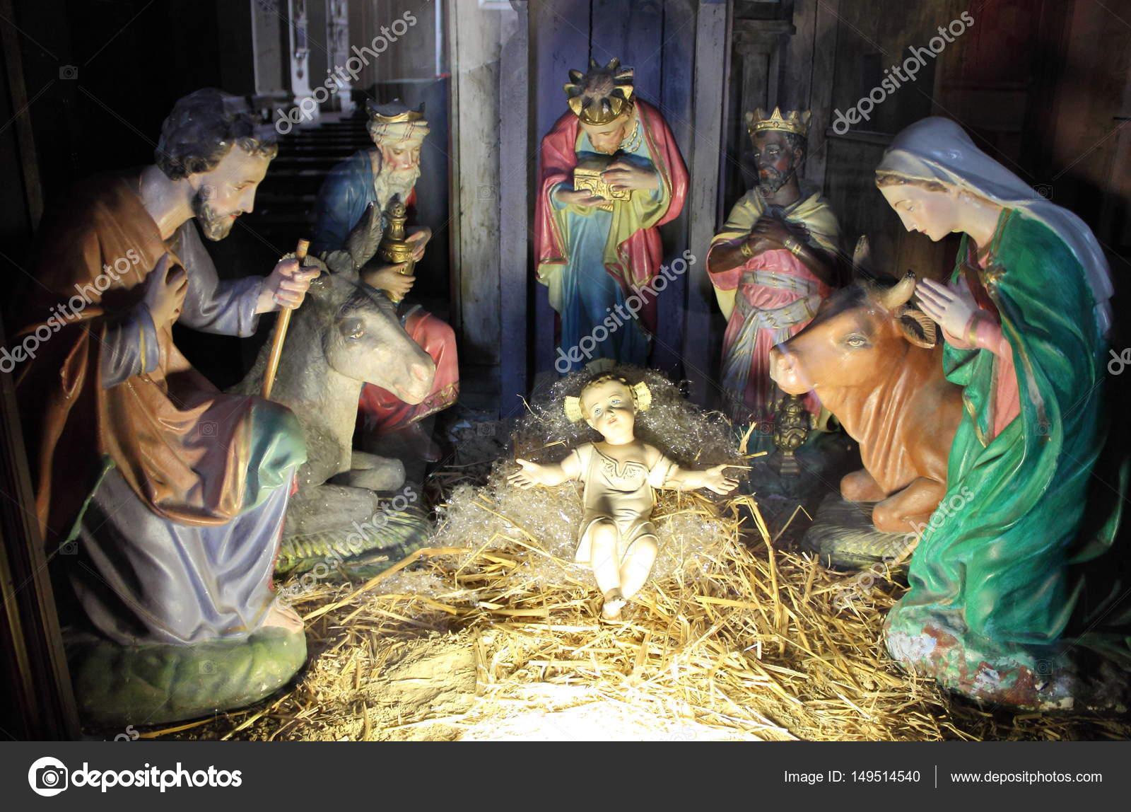 Bilder Krippe Weihnachten.Weihnachten Krippe Mit Hand Farbige Keramische Figuren Stockfoto