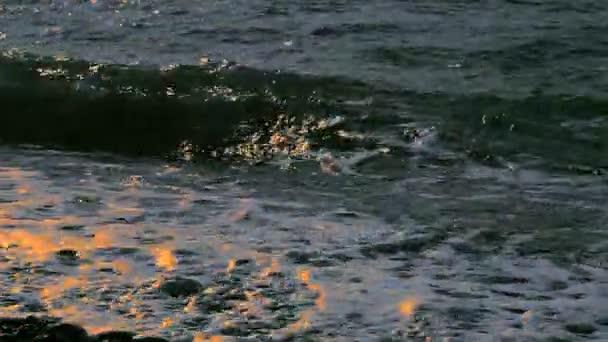mořské vlny při západu slunce
