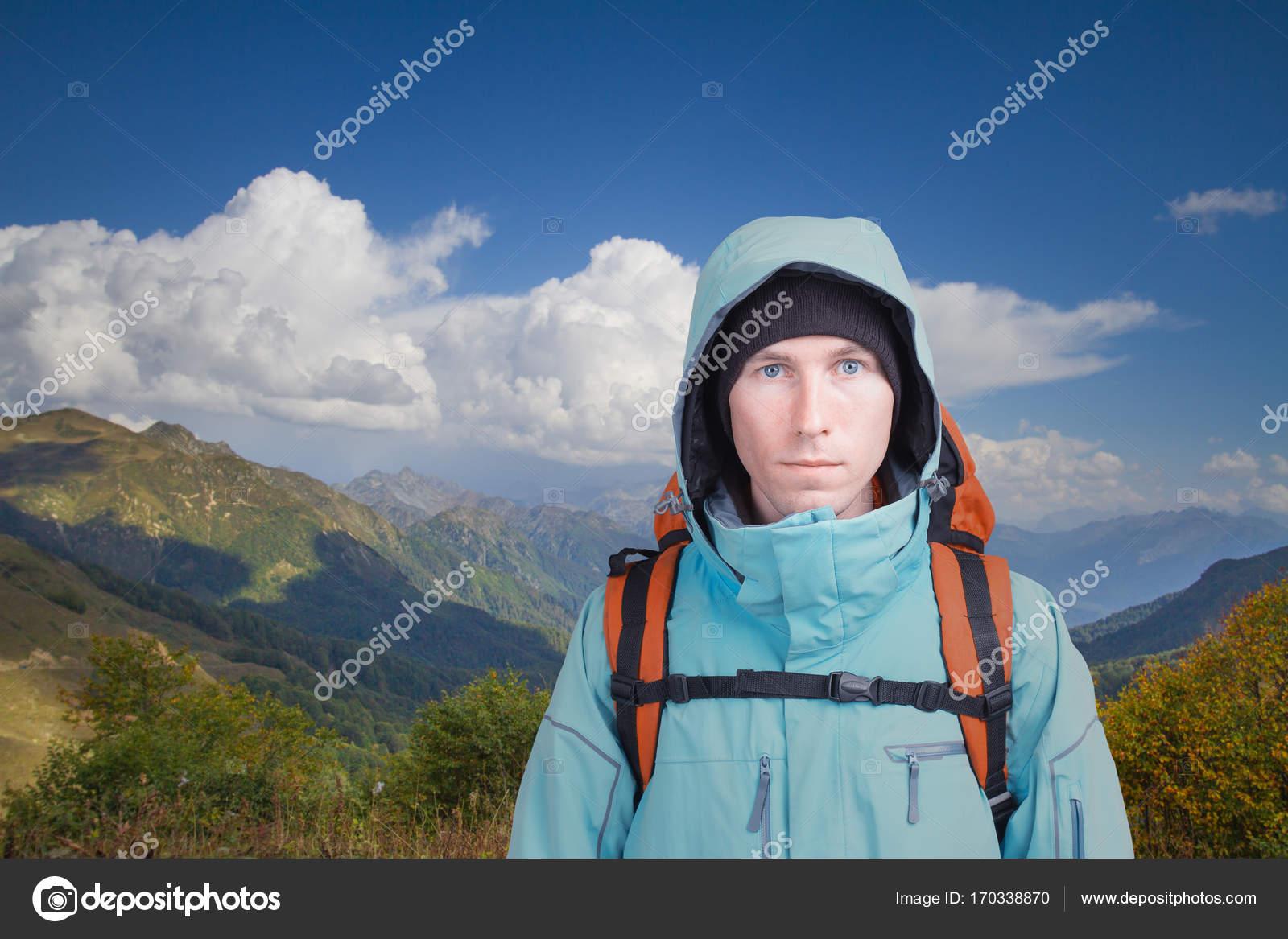 Retrato Hombre Con Mochila Fondo Y De Joven Un En Montaña El Paisaje fwfgqCR
