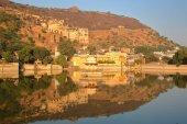Fotografia Vista generale della città vecchia di Bundi e il Palazzo Bundi (Garh) con Nawal Sagar Lake in primo piano e belle riflessioni, Bundi, Rajasthan, India