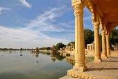 Fotografia Vista di chhatris (attraverso archi e colonne) Gadi Sagar lake, Jaisalmer, Rajasthan, India