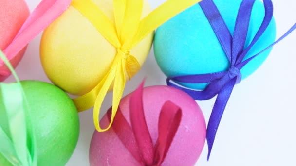 Színes húsvéti tojás, szalagok