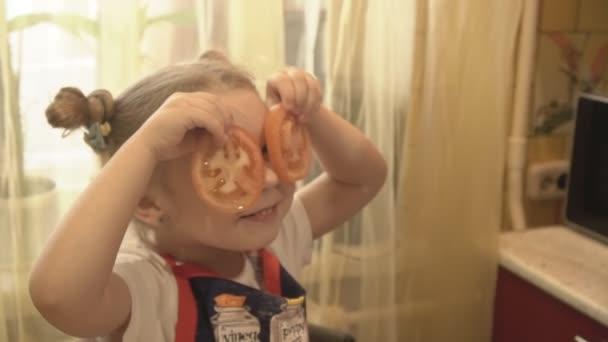 das Mädchen auf das Gesicht für Augen Tomaten angewendet