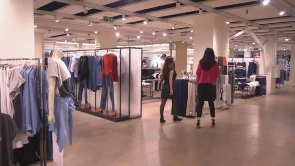 Válassza ki a ruhát gyönyörű lány barátnők bolt