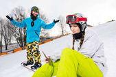 Ženské snowboardista pomocí smartphonu