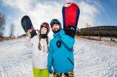 Fotografie Mann und Frau mit snowboards