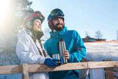 Snowboardisty pití čaje