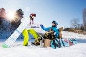 Mladý pár snowboardistů