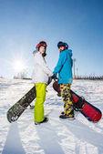Muž a žena se snowboardy