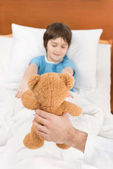 Photo child patient with teddy bear