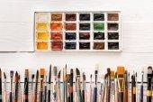 Různé barvy, štětce a barvy