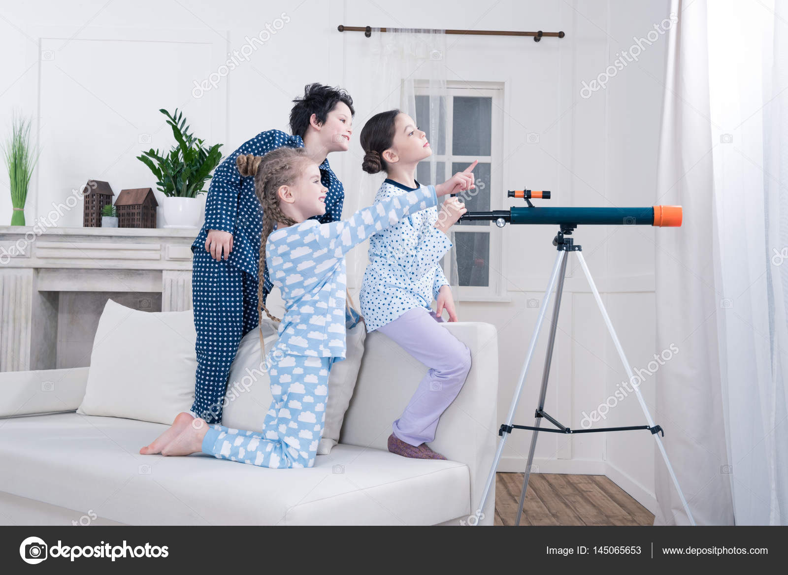 Kinder spielen mit teleskop u stockfoto zaramuzafarova