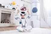chlapec v kroji astronaut