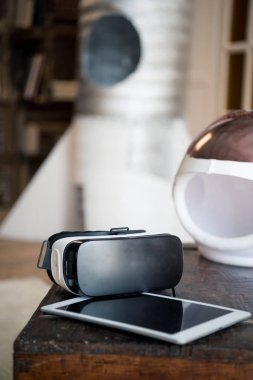 Virtual reality headset and digital tablet