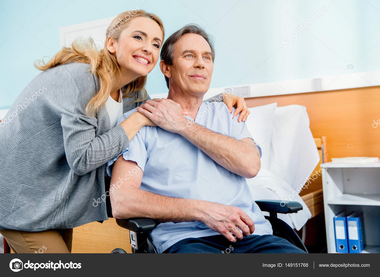 Homme g en fauteuil roulant l h pital photographie for Fauteuil chambre hopital