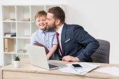 Fotografia Uomo daffari con suo figlio in ufficio