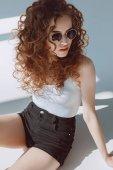 capelli rossi ragazza alla moda in occhiali da sole