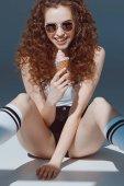 dívka v sluneční brýle jíst zmrzlinu