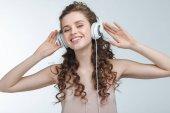 Žena poslouchající hudbu ve sluchátkách