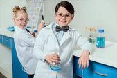 Fotografia piccoli scienziati in laboratorio