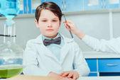 Kleine Wissenschaftler im Labor