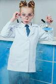 Fotografia piccolo scienziato in laboratorio