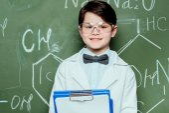 piccolo scienziato in laboratorio