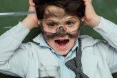 Fotografia scioccato ragazzo in cappotto del laboratorio
