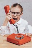 Fotografia bambino che urla con telefono