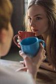 Fényképek közeli lövés a fiatal nők együtt kávéfogyasztás