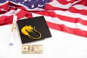 Maturitní slavnostní pokrývka hlavy tak dolarové bankovky