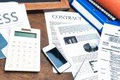 Dokumente, Smartphone und Geschäft