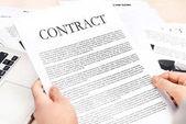 Geschäftsfrau mit Vertragsunterlagen