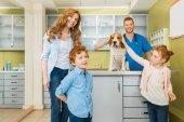 Žena, děti se psem na veterinární lékaře