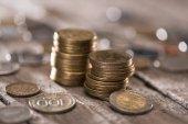 Fotografie Hromádky mincí na dřevěnou desku