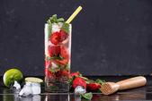 Erdbeerlimonade mit Eiswürfeln