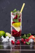 Fotografie cranberry lemonade with ice cubes