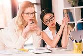 fiatal többnemzetiségű üzletasszonyok látszó-on laptop