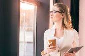 Photo businesswoman holding digital tablet and coffee